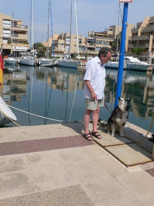 Im Hafen wurde Sam von …