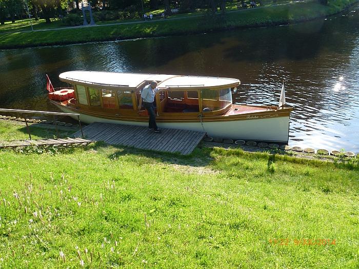 … fahren mit einem Holzboot, …