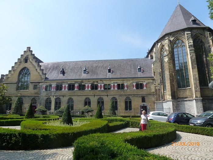 In einem alten Kloster ist im …